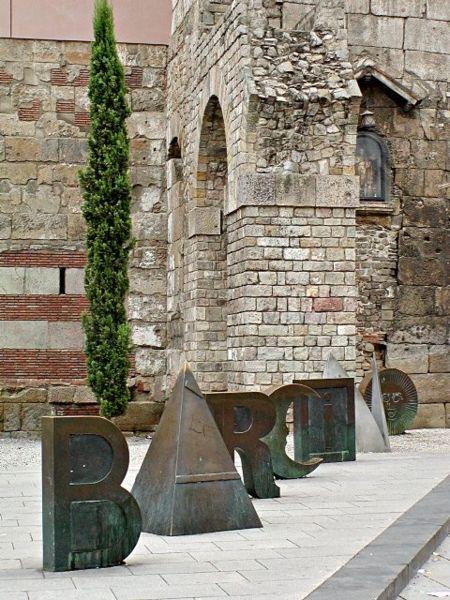 Lletres de bronze al Pla de la Catedral
