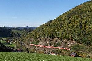 Höllentalbahn (Black Forest) - Image: Blick auf Falkensteig mit einem Doppelstockzug der Höllentalbahn