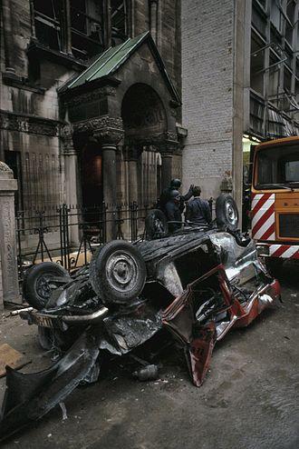 1981 Antwerp synagogue bombing - Image: Bomaanslag in Joodse wijk in Antwerpen; de auto waar de bom is geplaatst voor de synagoge
