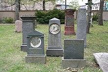 Grabsteine der Familie Brockhaus auf dem Alten Johannisfriedhof in Leipzig (Quelle: Wikimedia)