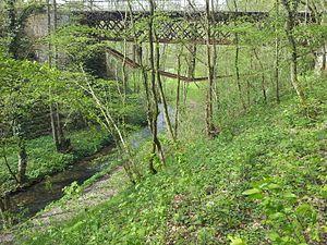 Der Buchenbach unter der Eisenbahnbrücke kurz vor dem Murrtal