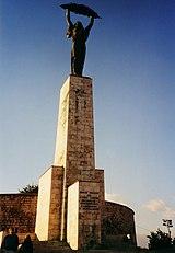 socha Svobody (Szabadság-szobor) od Zsigmonda Kisfaludiho Strobla na Gellértově vrcchu, vpozadí Citadela