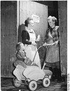 Bundesarchiv Bild 183-34168-0006, LPG Weißenschirmbach, Kinderkrippe, Verabschiedung.jpg