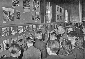 Wehrmachtbericht - Image: Bundesarchiv Bild 183 L02529, Berlin, Ausstellung von PK Bildern