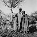 COLLECTIE TROPENMUSEUM Groepsportret van een Masai vrouw met drie kinderen bij Kajiado TMnr 20014283.jpg