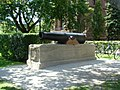 Cannon in front of the Parliament - panoramio.jpg
