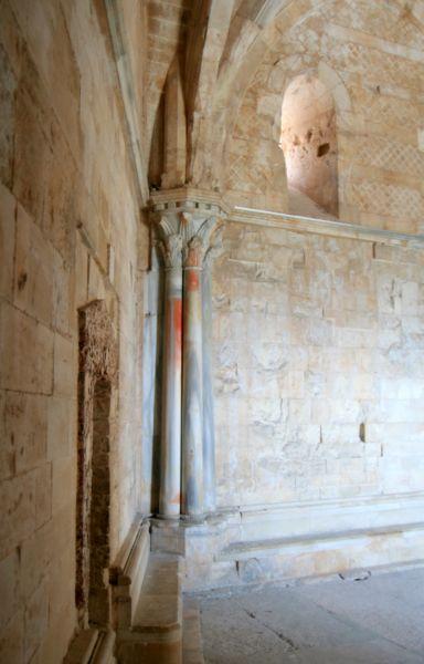 File:Castel del Monte interior1.jpg