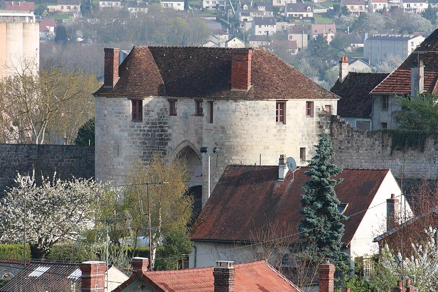 La porte Saint-Pierre sur les remparts de la ville de Château-Thierry.