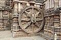 Chariot wheel, Konârak 06.jpg
