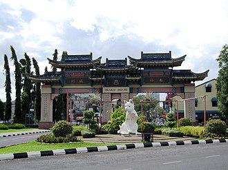Chinatown, Kuching - Image: Chinatown welcome gate at Jalan Padungan, Kuching, Sarawak, Malaysia