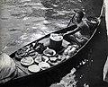 Collectie NMvWereldculturen, TM-60042224, Foto- Een varende cafetaria op de Kapuas-rivier in West-Borneo, 1940-1950.jpg