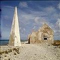 Collectie Nationaal Museum van Wereldculturen TM-20029685 Vervallen slavenhut met obelisk bij het Pekelmeer Bonaire Boy Lawson (Fotograaf).jpg