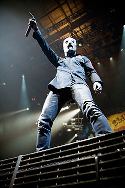 Corey Taylor at Allstate Arena 2009 2.jpg