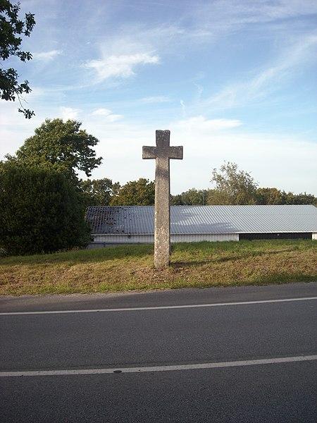 Croix de la Brassée, Le Bois de Saint-Laurent,  Inscrit, 1929. Elle se trouve sur la route de Nantes, côté Nord, entre le hameau Saint-Laurent et la ZAC de Poulfanc.