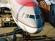 ノースウエスト航空のDC-10-30型機のコックピット回り。操縦席の窓の1つ(一番左側の窓)が航空機関士用の操作パネルで塞がれている