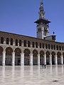 Damaskus, Omayadenmoschee, Ansichten vom Moscheehof mit weissem Marmor und Arkaden und dem Glockenhaus (26931067809).jpg