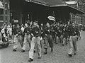 De groep N.J.V. Wacht van het Nationaal Jongeren Verbond uit Den Haag onder leid – F40899 – KNBLO.jpg
