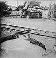 De inundaties bij Soerabaja. Met geweld stroomt het water over de weg. Op de fot, Bestanddeelnr 10947.jpg