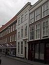 foto van Pand met gevel met rechte kroonlijst en pilasterstelling om de deur