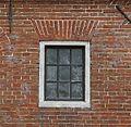 Detail achtergevel- ruit en metselwerk rechts van de linker uitrijdeur - Tinallinge - 20380667 - RCE.jpg