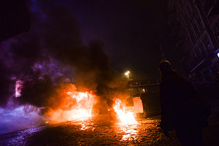 Dynamivska str barricades on fire. Euromaidan Protests. Events of Jan 19, 2014.jpg