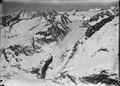 ETH-BIB-Oberer Aletschgletscher mit Stufenmündung zum Grossen Aletschgletscher, l. oben das Bietschhorn, Blüemlisalp v. S. aus 4000 m-Inlandflüge-LBS MH01-000381.tif