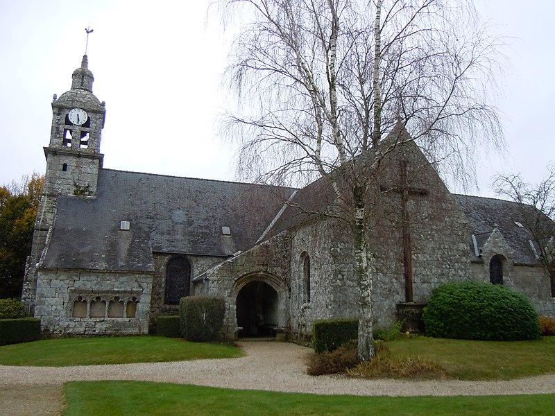 Église paroissiale de Le Saint (dédiée à Saint Samuel), façade méridionale (département du Morbihan). L'ossuaire adossé à l'église (côté gauche de la photo) est inscrit aux Monuments historiques, sous la référence PA00091651