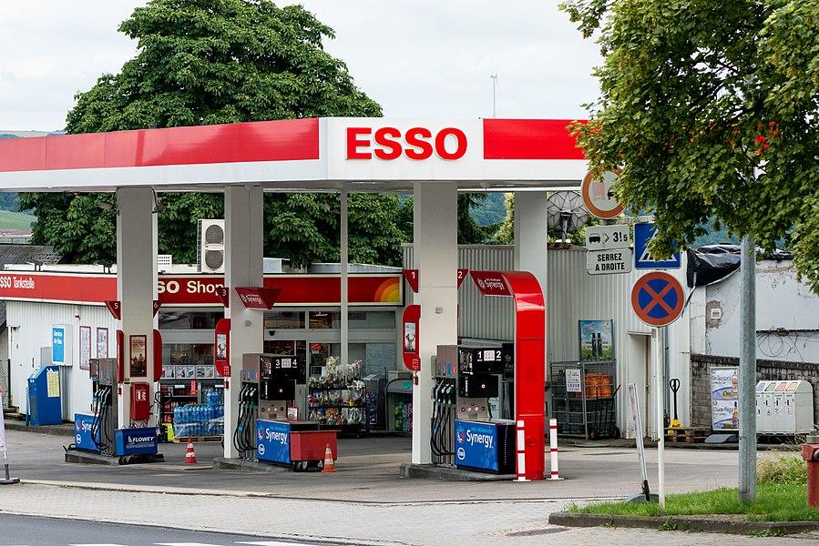 D'Esso-Statioun an der Route de l'Europe (Nationalstrooss 2) zu Réimech.