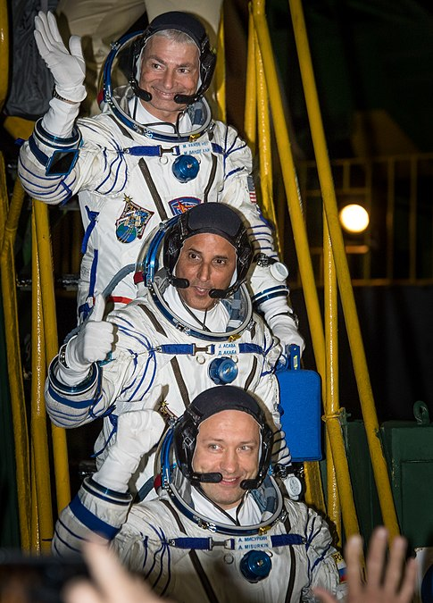 Expedition 53 Crew Waves Farewell (NHQ201709130001).jpg