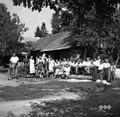 Fantje in dekleta v nedeljo popoldne v Dobu 1950.jpg