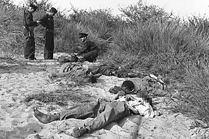 Palestinian fedayeen - Israeli policemen inspecting the bodies of 5 fedayeen killed near Nir Galim, 1956