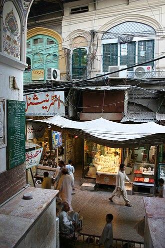 Mahabat Khan Mosque - Image: Flickr boellstiftung Altstadt Peshawar