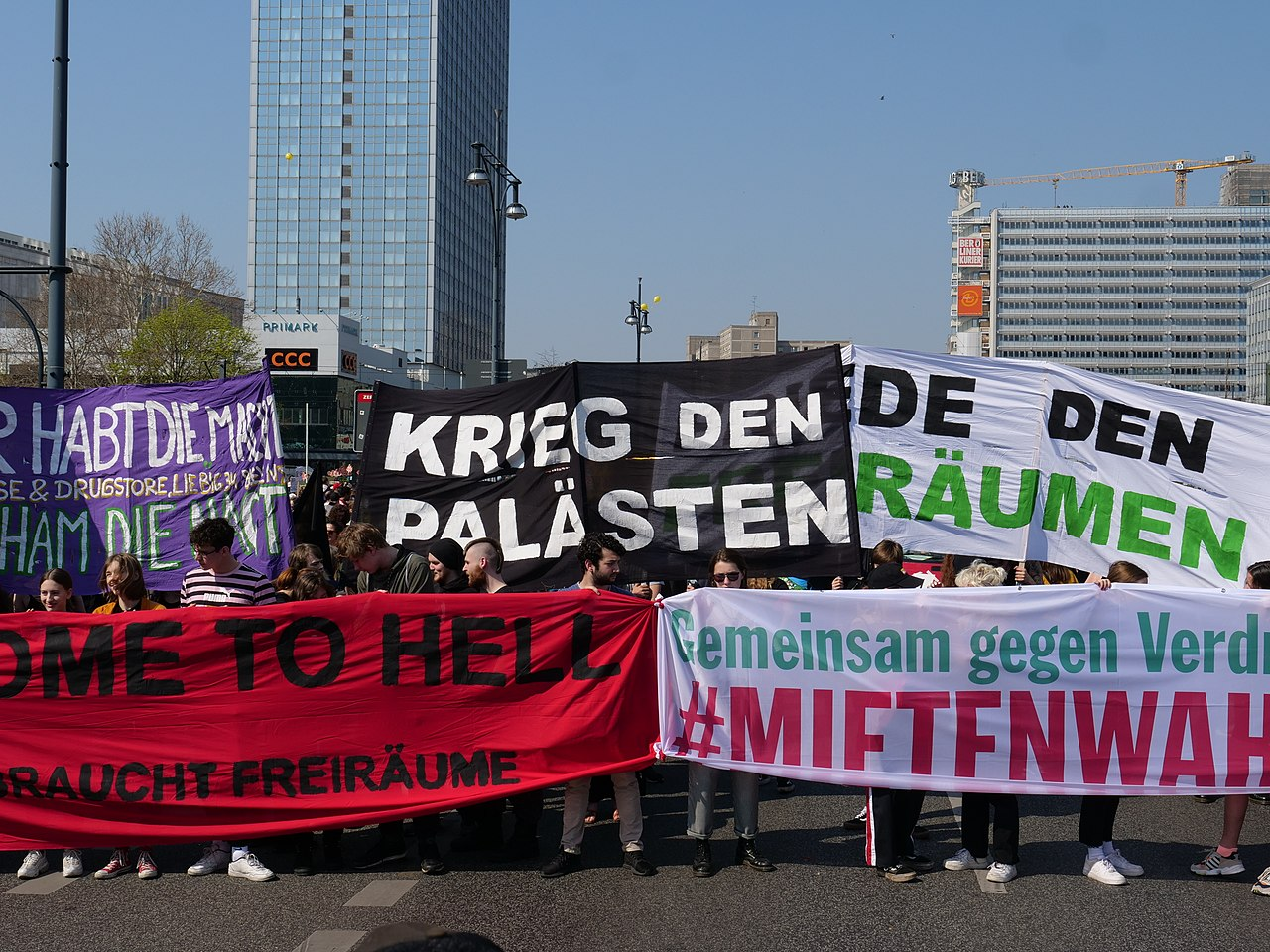 Front of the Mietenwahnsinn demonstration in Berlin 06-04-2019 03.jpg