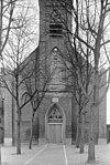 front van de kerk, met eb- en vloedklok boven de entree - arnemuiden - 20024343 - rce