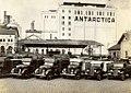 Frota de caminhões da Antarctica diante da fábrica, 1930s.jpg