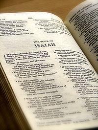 El Libro de Isaías en una Biblia inglesa.