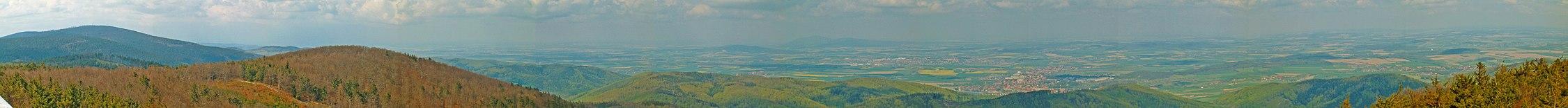 Widok z Kalenicy na przedgórze sudeckie. Kolejno od lewej widać Wielka Sowę, w środkowej części Dzierżoniów, a za nim na drugim planie Ślęża, dalej w kierunku wschodnim dobrze widoczne jest miasto Bielawa.