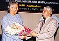 GMustafa presenting bouquette to Prof. Yunus.jpg