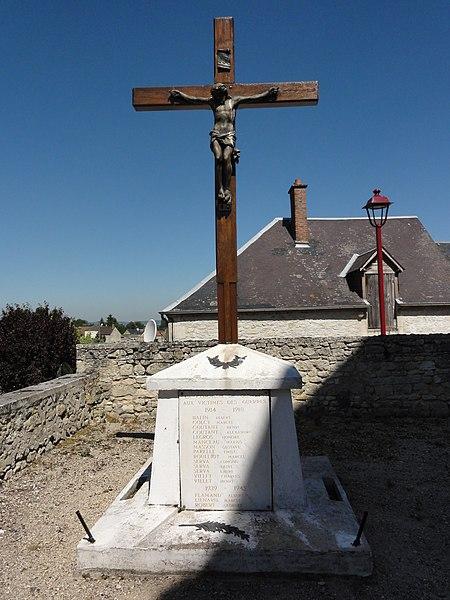 Glennes (Aisne) monument aux morts avec croix au cimetière