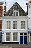 foto van Pand met verdieping, hoog schilddak en lijstgevel