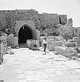 Groep kinderen bekijkt de bouwwerken van Caesarea, Bestanddeelnr 255-2633.jpg