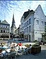 """Grote Markt met links het het huis """"De Koning van Polen"""" de St.Quintinuskathedraal en uiterst rechts het huis """"De dry pistolen"""" - 358858 - onroerenderfgoed.jpg"""