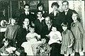 Gundel Károly a feleségével és tizenkét gyermekükkel (1928).jpg