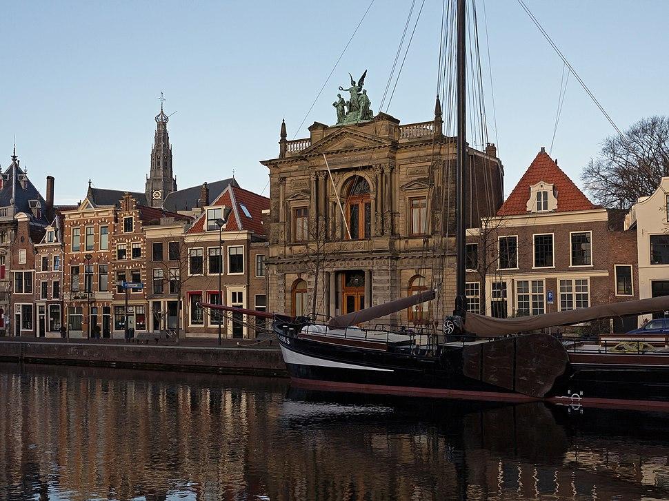 Haarlem, het Teylermuseum RM315441 en de Sint Bavokerk RM19264 vanaf de Korte Spaarne foto4 2015-01-04 10.05