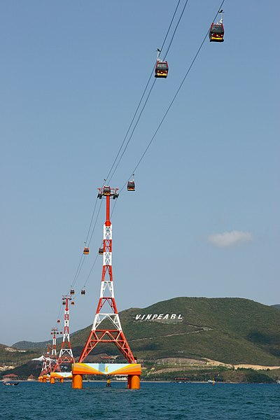 Tập tin:Hanging cabins to Vinpearland.jpg