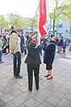 Hijsen vlag in Spijkenisse voor het gemeentehuis koningsdag 2015.jpg