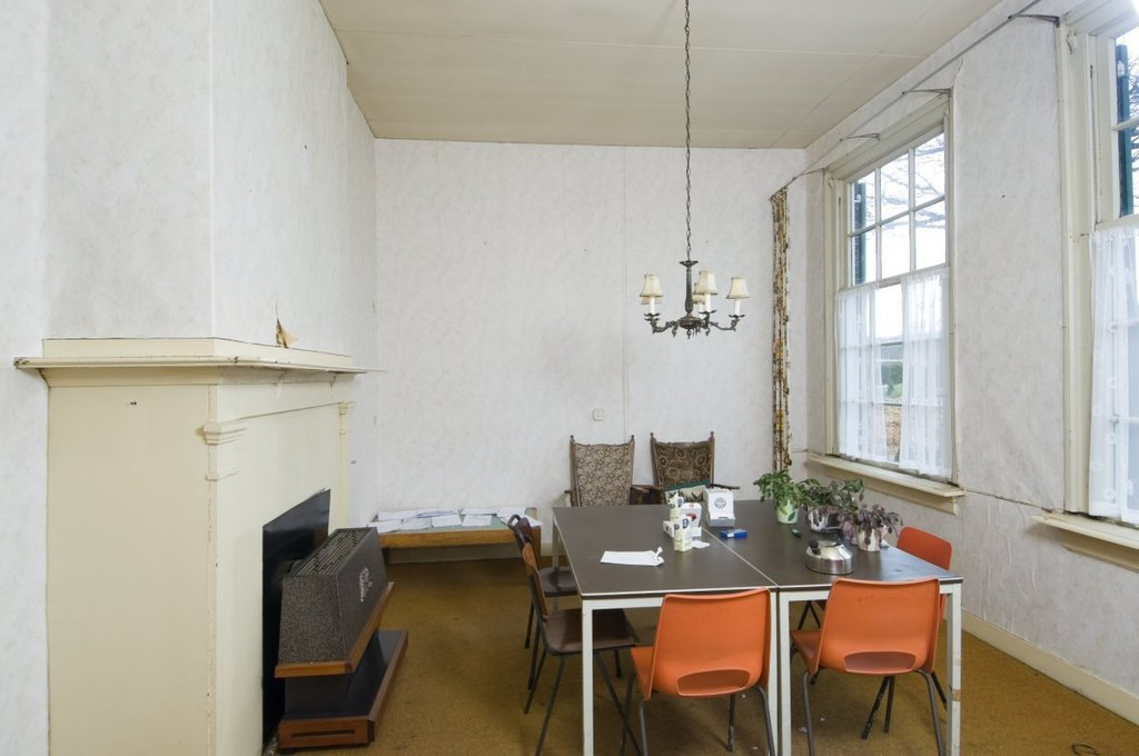 File interieur overzicht woonkamer met schouw en voorzetkachel veenhuizen 20415846 rce - Interieur woonkamer ...