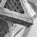 Interieur- een van de beschilderde moerbalken onder het vroeg-17de-eeuwse stucplafond op de verdieping - Brielle - 20042530 - RCE.jpg