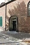 foto van Kosterij, laag huis met rechte kroonlijst en neogotische ingang, tegen de kerk aan gebouwd