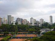 Vista do Esporte Clube Pinheiros e dos edifícios de luxo na área sul ao clube.
